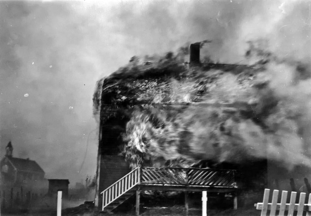 Le vent n'aide pas les choses, ici la maison de Viateur Béland en flammes