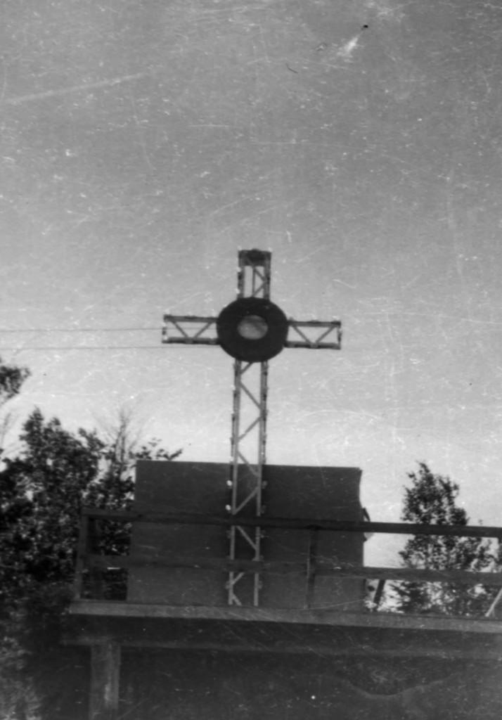 La croix lumineuse à l'entrée du village
