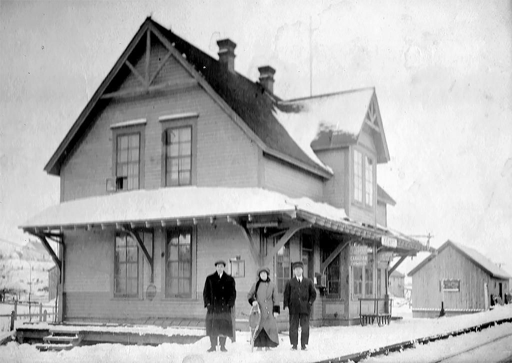 Roméo Bélanger, Cécile Bélanger, Ulric Bélanger devant la gare de Kempt en hiver;