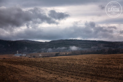 Paysage rural et ciel nuageux