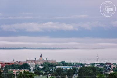 La brume envahit la ville