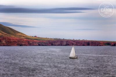 Un voilier devant l'île d'entrée