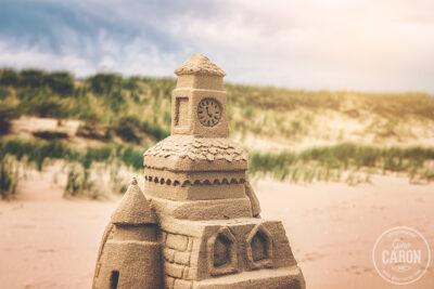 Les restes d'un château de sable sur une plage I