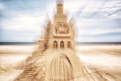 Les restes d'un château de sable sur une plage III